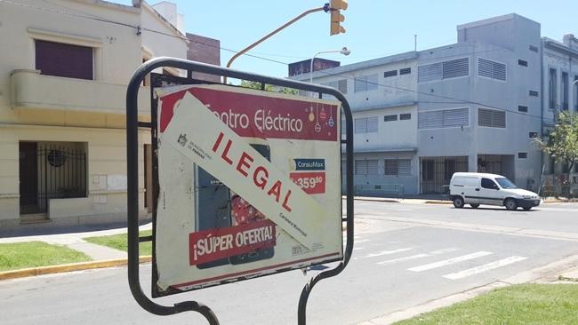 ¿Está regulada la publicidad en espacios o lugares de dominio público municipal de Paraná?