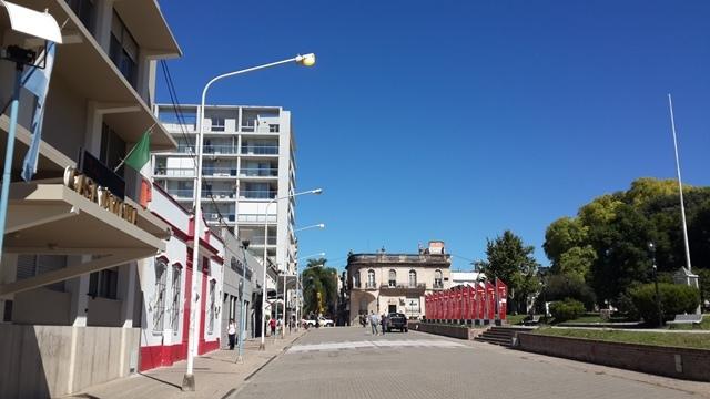 Peatonal y Plaza Alvear con luz artificial de día: y dale con el derroche…