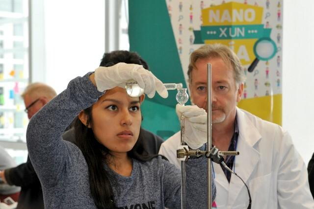 """Chicos """"jugando"""" a ser nanotecnólogos"""