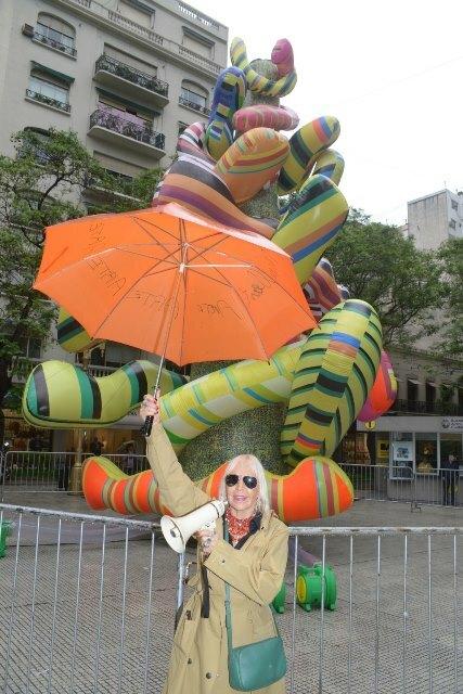 Naranja presenta la Escultura de los Deseos de Marta Minujín