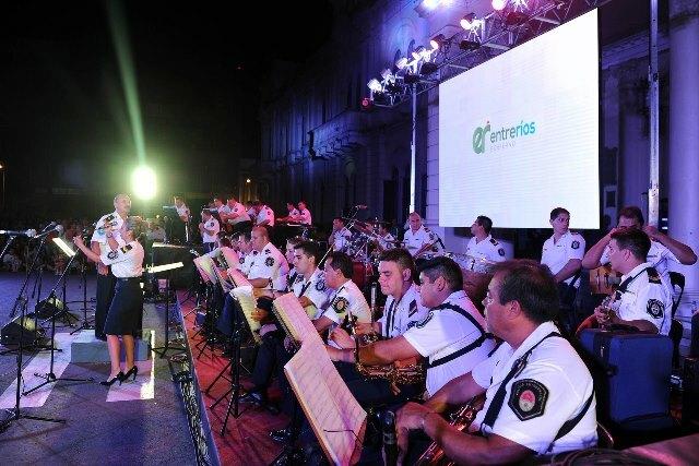 La Banda de Música de la Policía brindó un concierto folklórico en Paraná