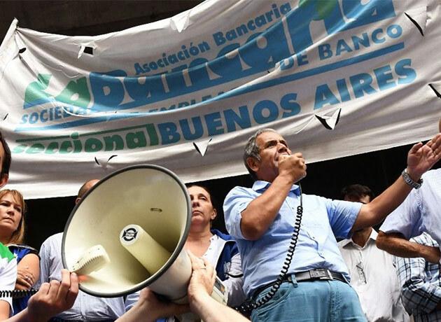 """Bancarios ratifican paro y denuncian """"alianza"""" entre las cámaras y el Gobierno"""