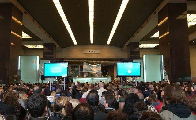 """Tomaron el edificio central de la AFIP: cantos contra Macri y paro por """"paritarias cero"""""""