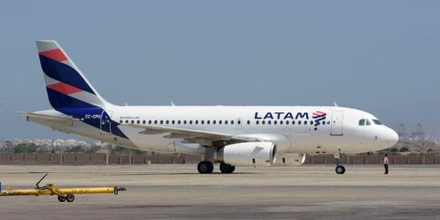 Latam se suma a Aerolíneas y cancela todos sus vuelos del lunes por el paro