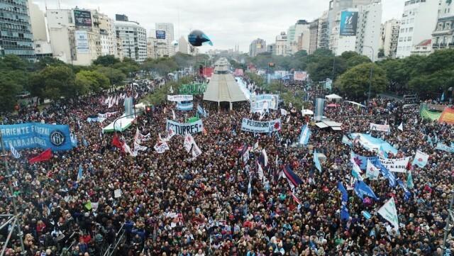 Masivo acto contra el Gobierno y el FMI en la 9 de Julio porteña